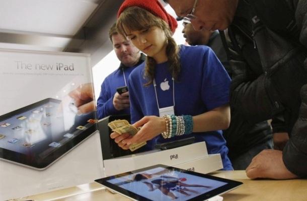 481362-employee-magasin-apple-5ieme-avenue