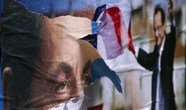 314081_affiches-electorales-dechirees-de-nicolas-sarkozy-et-francois-hollande-le-24-avril-2012-dans-une-rue-de-paris