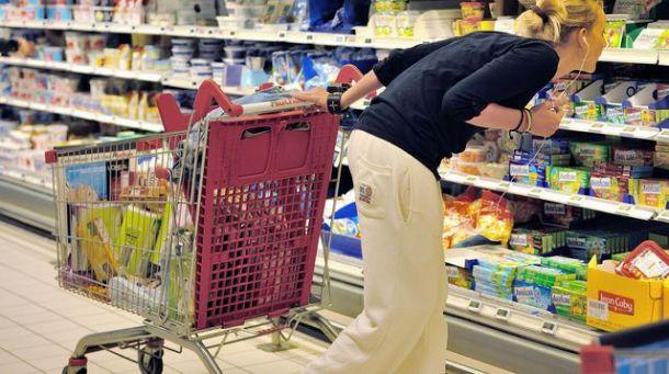 une-femme-dans-un-supermarche_4981777