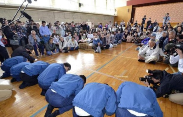648x415_dirigeants-tepco-inclinent-excuser-aupres-personnes-evacuees-apres-accident-centrale-fukushima-4-mai-2011