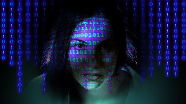 femme-code-binaire-numerique
